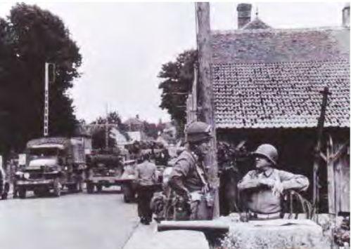 A gauche le général Silvester, commandant de la 7th AD, à droite, le général Walker, commandant le XXth US Corps, s'entretiennent à Thivars le 16 août.
